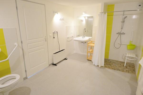 Salle de bain accessible personnes à mobilité réduite, handicapé, pmr